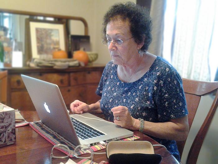 Oma am Computer